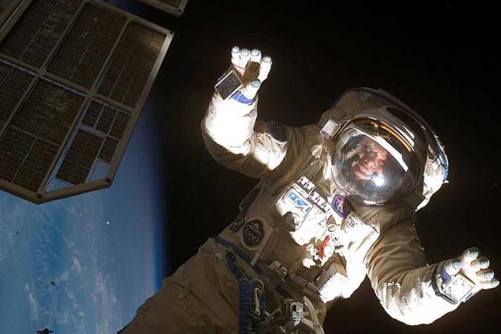 [Imagen: oleg-v-kotov-durante-un-paseo-espacial-en-2007.jpg]