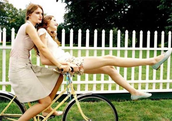 Chica desnuda culo en asiento de bicicleta