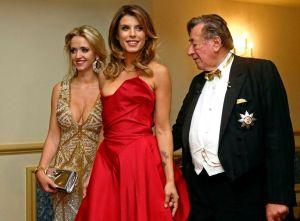 14238248535793Elisabetta Canalis (c), junto a Richard Lunger y la esposa de éste, Cathy 'Spatzi' Lugner (i).