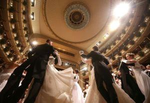 14238253589355Debutantes bailan durante el Baile de la Ópera de Viena anoche.
