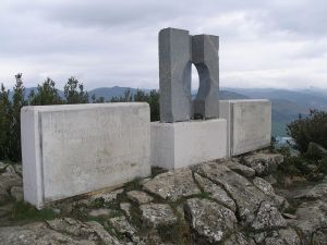 1280px-Monumento_homenaje_a_los_fugados_del_fuerte