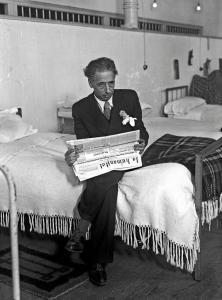 El expresidente de la Generalitat de Cataluña Lluís Companys, preso en la CÁRCEL MODELO DE MADRID, tras los sucesos del 6 de octubre de 1934, leyendo el diario La Humanitat.