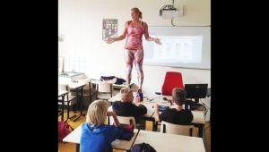 profesora-ensena-anatomia-alumnos-disfraz_MDSIMA20151009_0826_21